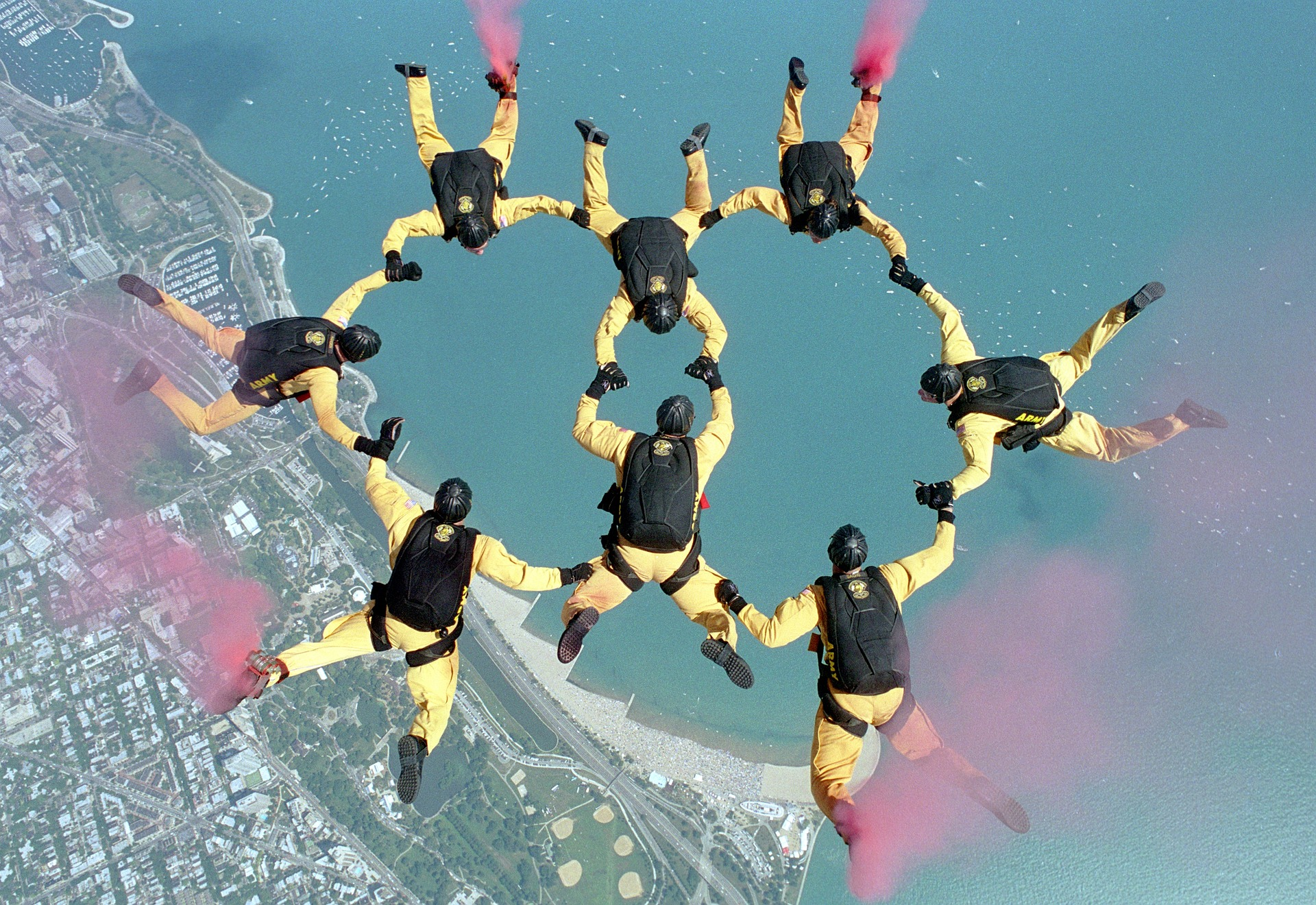 skydiving 658404 1920 - Au service