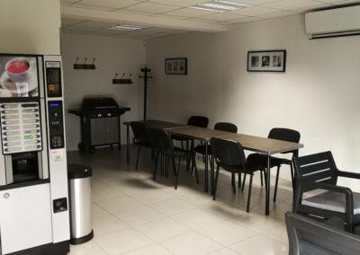 cuisine table et machine à café 400x284 - Bureaux à Toulouse