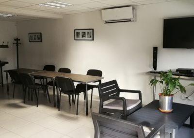 cuisine vue tables et salon intérieur 400x284 - Bureaux à Toulouse